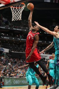 Ibaka haciendo un mate (Fuente: NBA).