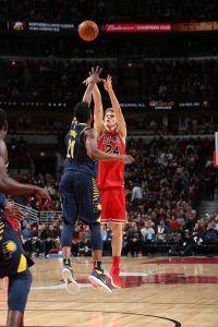 Markannen lanzando un triple (Fuente: NBA).