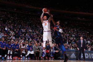 Michael Beasley lanzando ante la defensa de Paul George (Fuente: New York Knicks).