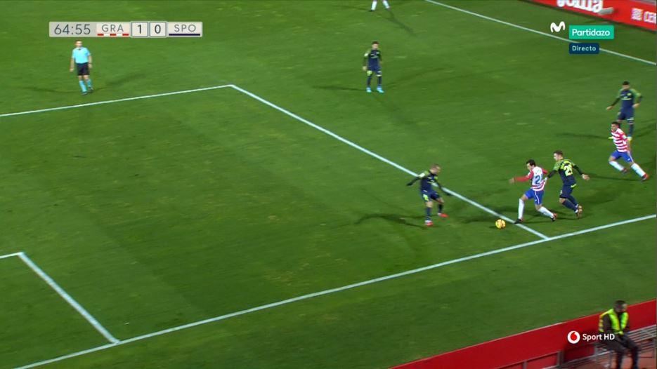 Instantánea del momento del agarrón de Juan Rodríguez a Espinosa. El árbitro, con perfecta línea de visión, señala dentro una infracción que es fuera del área.