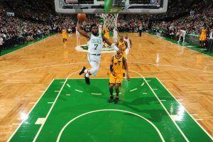 Jaylen Brown en el aire para hacer un mate (Fuente. Boston Celtics).