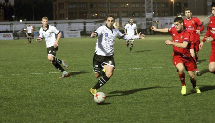 Borja Navarro trata de conducir ante un jugador de Osasuna Promesas