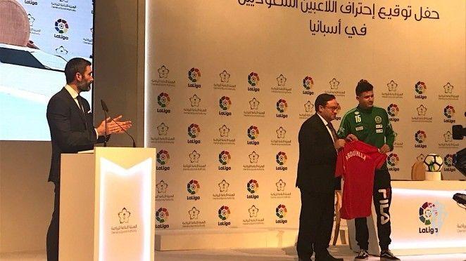 Instantánea del acto en Riyadh en la que el presidente del Sporting. Javier Fernández, le entrega una camiseta a Alshabab Abdullah
