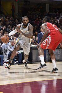 LeBron James atacando la defensa de Harden (Fuente: Cleveland Cavaliers).