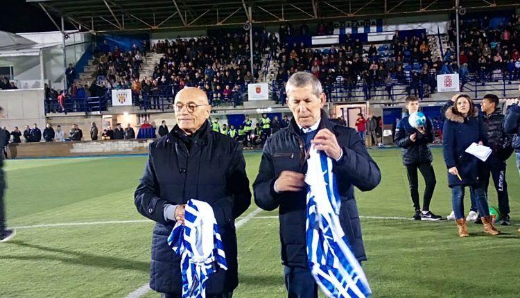 Los ex-jugadores del CD Izarra, Joaquín Jordana y Juanjo Ezquerra fueron homenajeados antes del choque