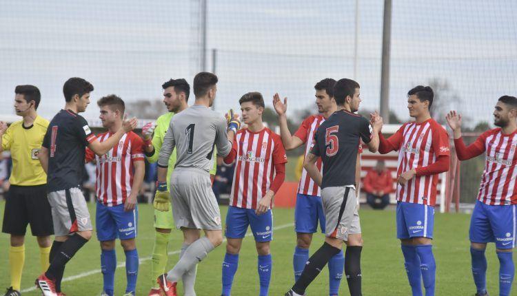 Jugadores de Sporting 'B' y Bilbao Athletic se saludan en el encuentro de la pasada temporada en Mareo