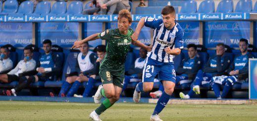 Inui, en el Betis lucha por el balón en un partido frente al Alavés