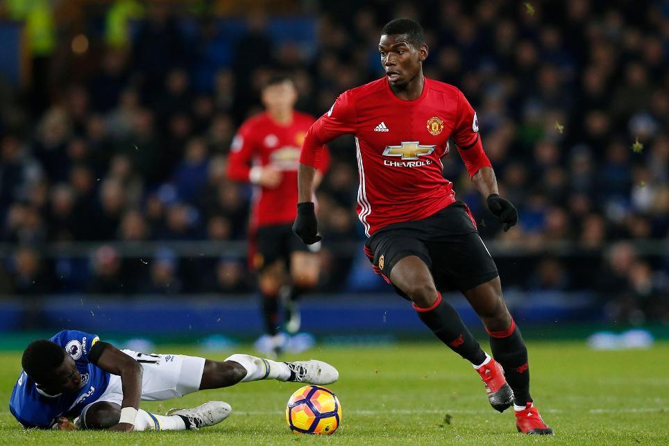 Paul Pogba conduce el balón en un partido como jugador del Manchester United