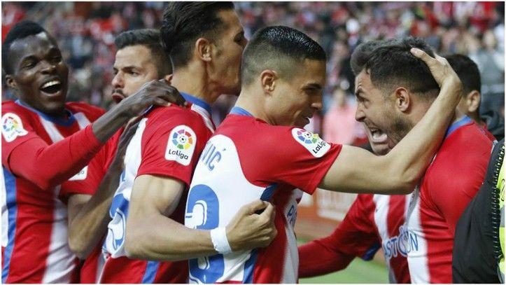 Djurdjevic Uros celebra con sus compañeros el gol frente al Granada