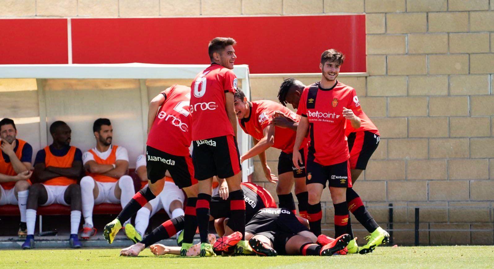 Jugadores del Mallorca 'B' celebran un gol