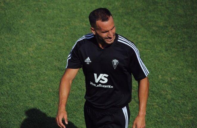 Servando presenciando el entrenamiento. (Fuente: Cádiz CF)