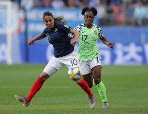 Amel Majri ante Francisca Ordega (Nigeria). | Foto: FIFA
