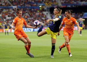 Kosovare Asllani controlando un balón ante las miradas de Merel Van Dongen y Sherida Spitse (Países Bajos). | Foto: FIFA