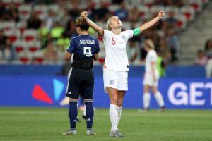 Steph Houghton celebrando la victoria de Inglaterra frente a Japón. | Foto: FIFA