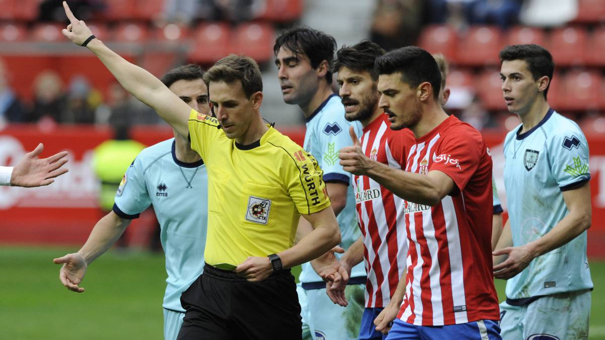 Pizarro Gómez en un encuentro entre Sporting y Numancia