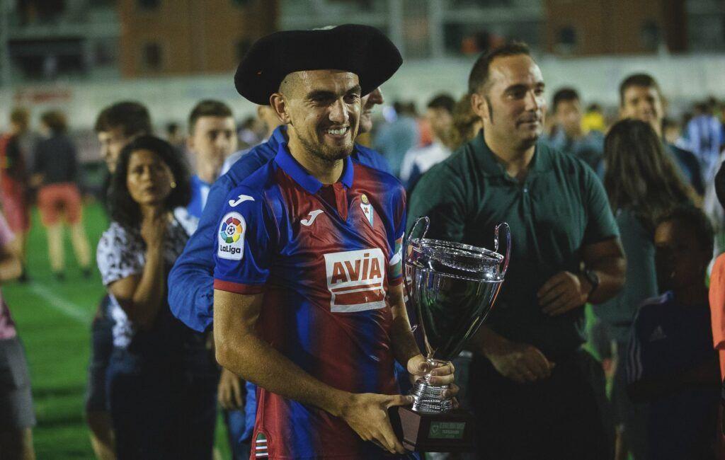 El Éibar fue un justo vencedor. Trofeo fue recogido por Gonzalo Escalante. Foto: @SDEibar