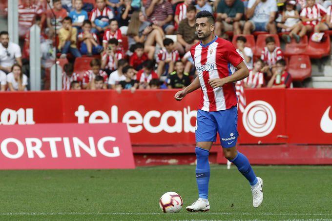 Álex Pérez en un partido con el Sporting