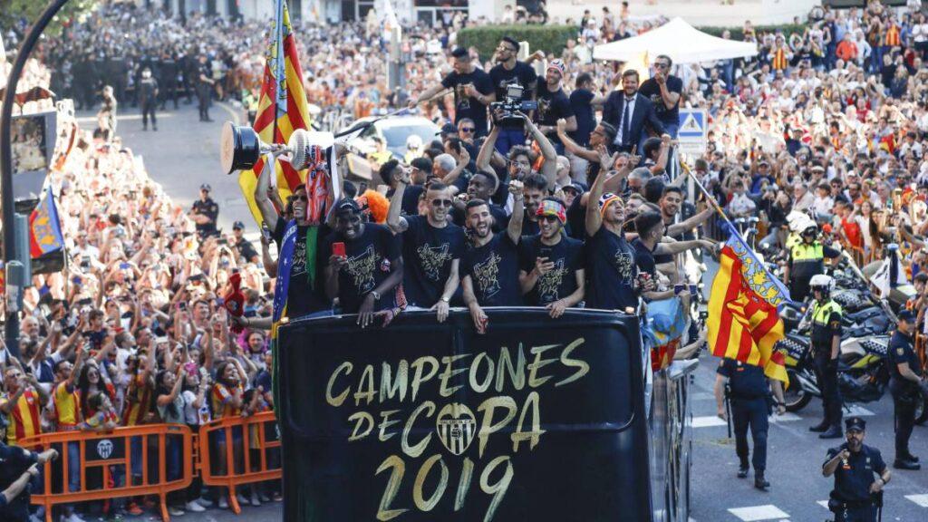Los jugadores celebran con sus aficionados la Copa conseguida la noche anterior