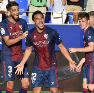 Okazaki celebrando un gol