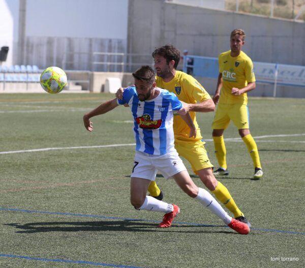 Ballarin (Ejea) disputando un balón ante el Orihuela CF.