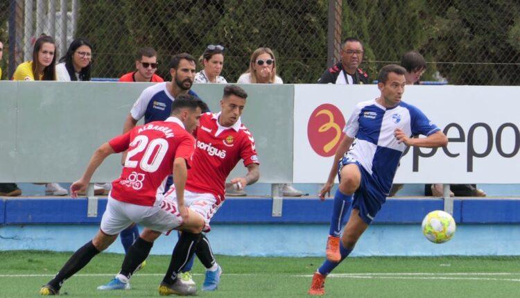 Lance del juego en el partido del Ebro, frente al Nàstic de Tarragona