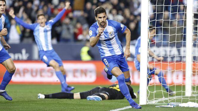 Adrián González celebra un gol del Málaga