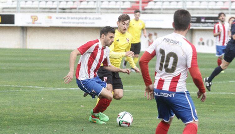 El ex algecirista Melchor, intenta zafarse de un defensa sevillista en la temporada 2015/2016