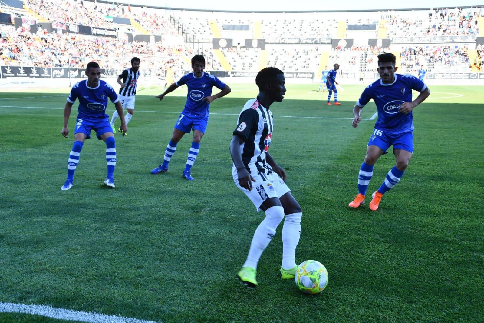 Adilson rodeado de jugadores del San Fernando en el Nuevo Vivero