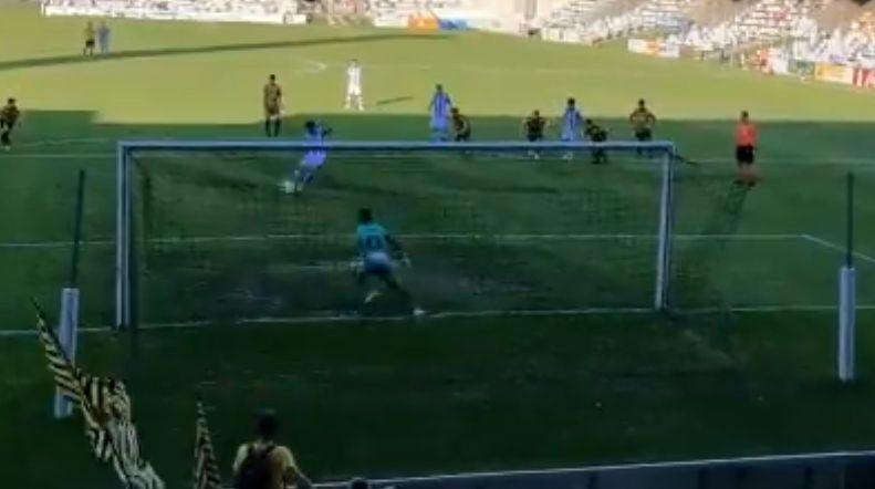 Desde el punto de penalti llegó uno de los cinco goles del Sanse en Lasesarre