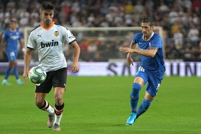 Escudero lucha un balón con Ferran Torres (@SevillaFC - Twitter)