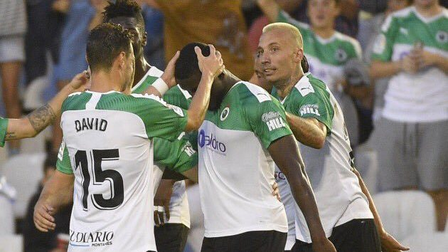 Los jugadores del Racing celebran uno de los goles al CD Mirandés