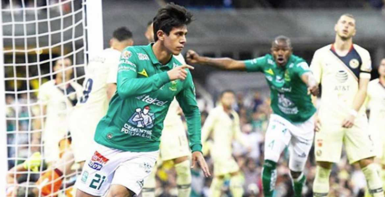 José Juan Macías celebra un gol en un partido con León