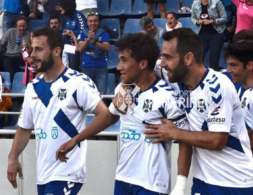 Jugadores del CD Tenerife celebran un gol