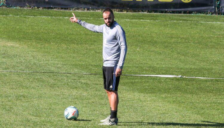 Edu Ramos haciendo señas en un entrenamiento
