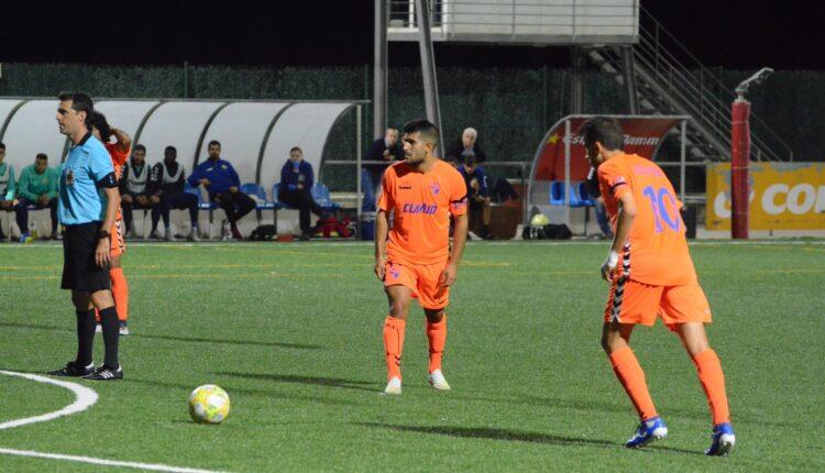 Dos jugadores del Ebro sacan una falta ante el Llagostera