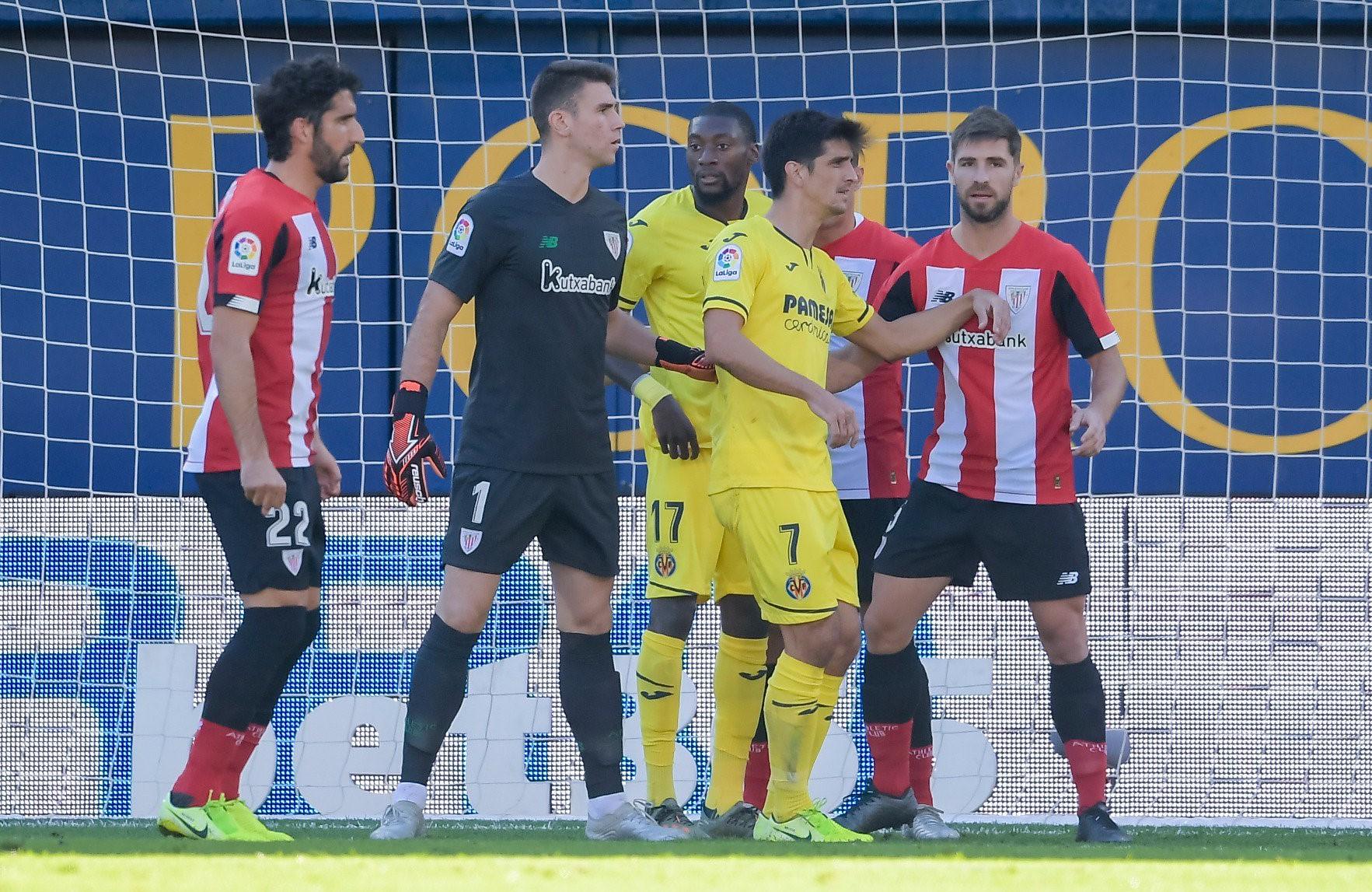 El Athletic defiende una jugada del Villarreal en la primera parte (Foto: @AthleticClub - Twitter)