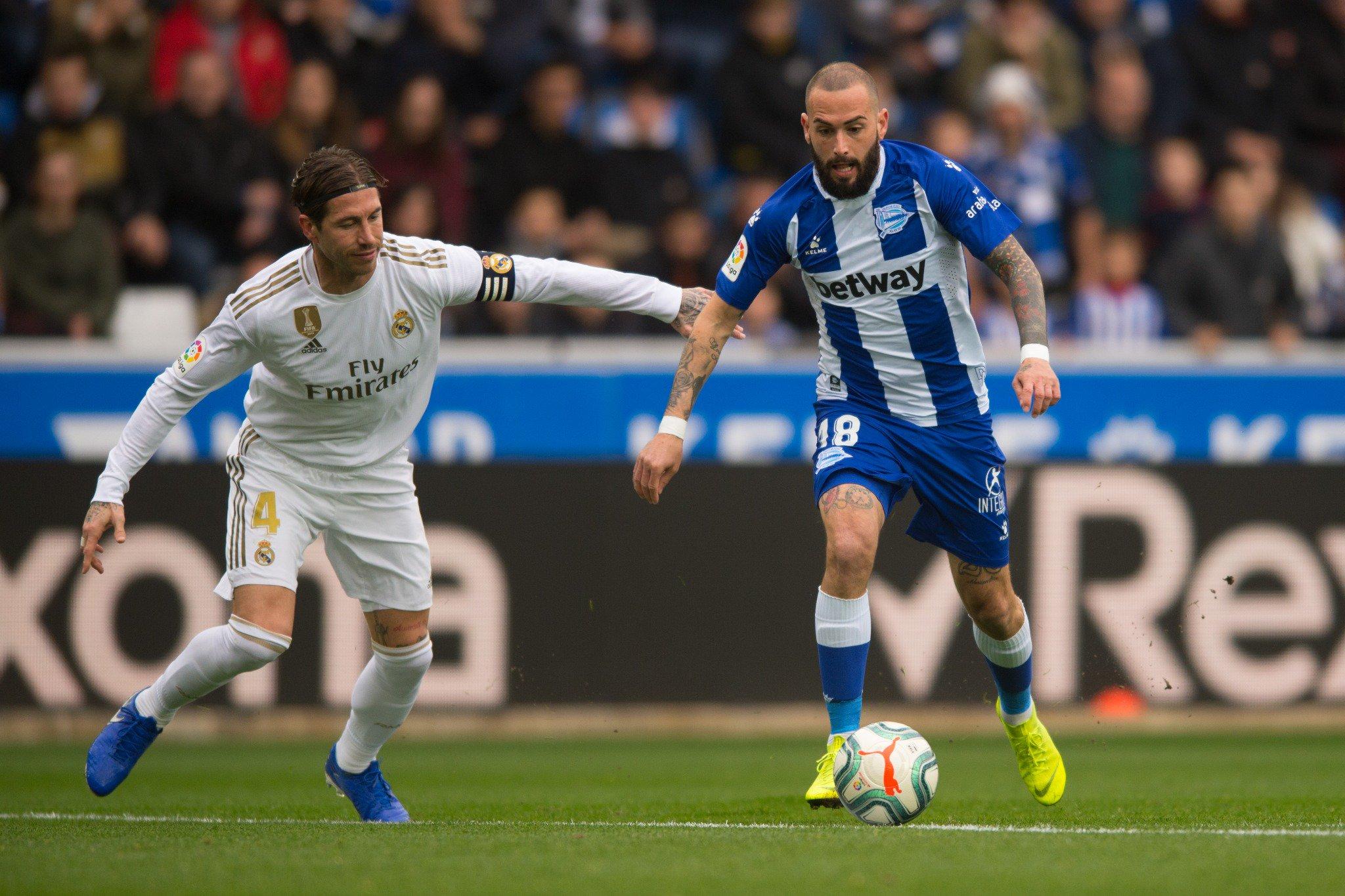 Aleix Vidal frente a Sergio Ramos