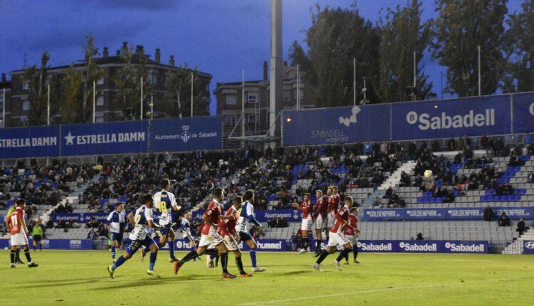 Lance del juego del último partido del Nàstic frente al Sabadell