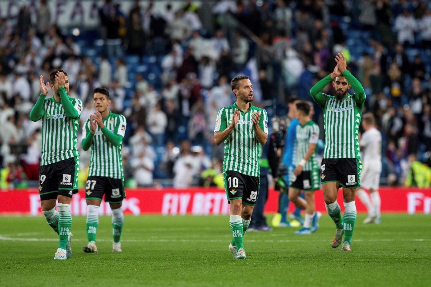 Betis aplaude a su afición en el Bernabéu