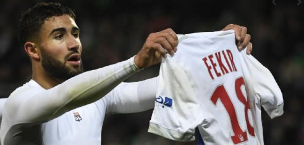 Nabil Fekir muestra su camiseta tras anotar un gol en un derbi del Ródano frente al Saint-Erripene