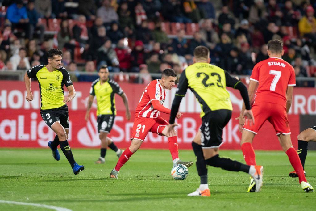 Álex Gallar intenta conducir rodeado de jugadores del CD Tenerife