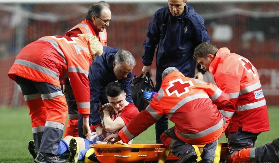 Manu García siendo retirado en camilla del terreno de juego