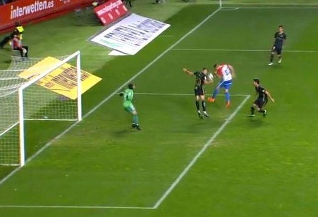 Pulido Santana, el mismo que indicó como penalti el de Borja López frente al Deportivo y señaló desde el VAR el del central gijonés en Cádiz, no consideró esto como penalti y la jugada no fue revisada por el árbitro principal