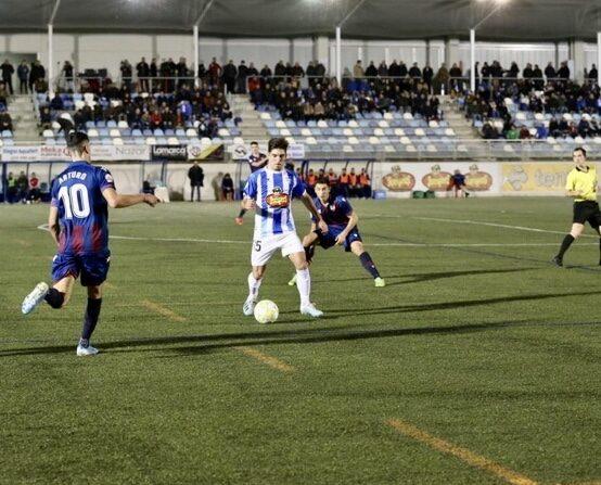 Lance del juego entre Ejea y Atlético Levante de la última jornada del 2019