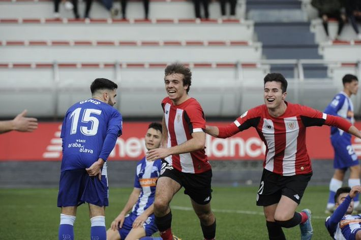 Artola celebra el 1-0 en Lezama