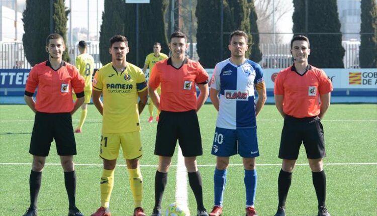 Foto de capitanes y trío arbitral en el último partido del CD Ebro