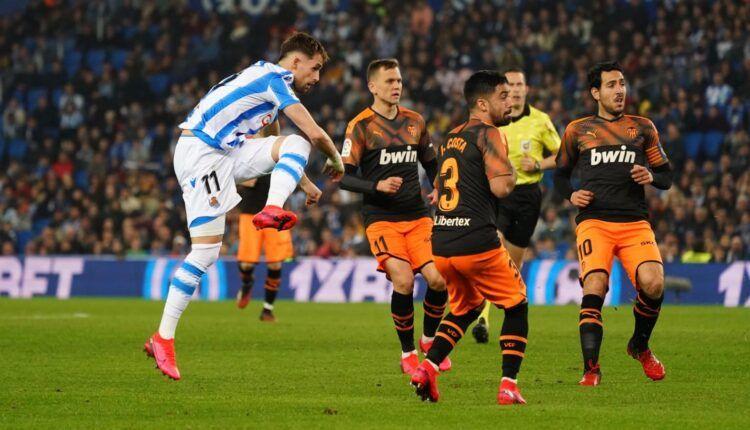 Adnan Januzaj dispara el balón en su duelo ante el Valencia CF