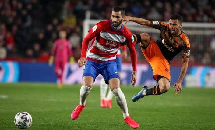 Maxime Gonalons frente al Valencia