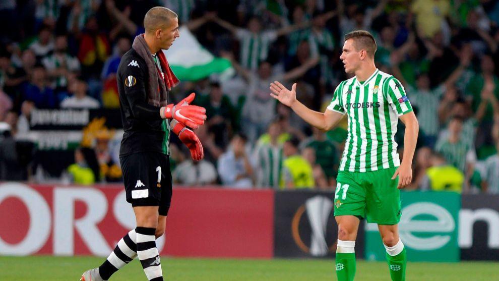 Joel Robles se saluda con Giovani Lo Celso en un encuentro pasado del Betis