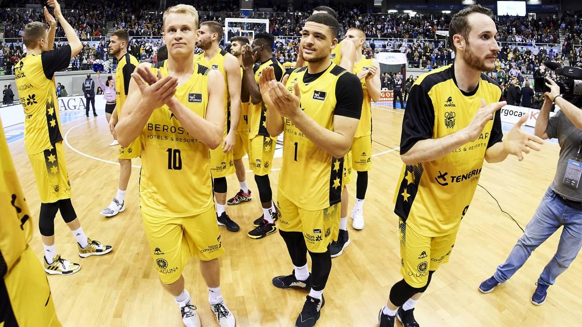 Los jugadores del Iberostar Tenerife saludan a su afición tras un partido. Foto vía: Diario As